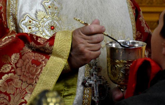 Ιερέας στο Αγρίνιο κοινώνησε με την ίδια λαβίδα που είχαν λάβει τη Θεία Κοινωνία ασθενείς με κοροναϊό! | tanea.gr