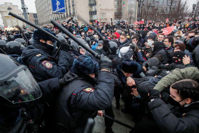 Το καθεστώς Πούτιν δείχνει τα δόντια του: Πάνω από 3.000 συλλήψεις στις διαδηλώσεις υπέρ του Ναβάλνι | tanea.gr