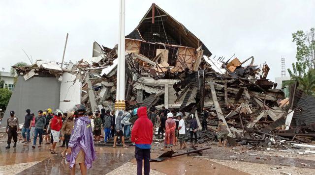 Τραγωδία στην Ινδονησία από σεισμό 6,2 Ρίχτερ : Πολλοί νεκροί, εκατοντάδες τραυματίες και εγκλωβισμένοι στα συντρίμμια | tanea.gr