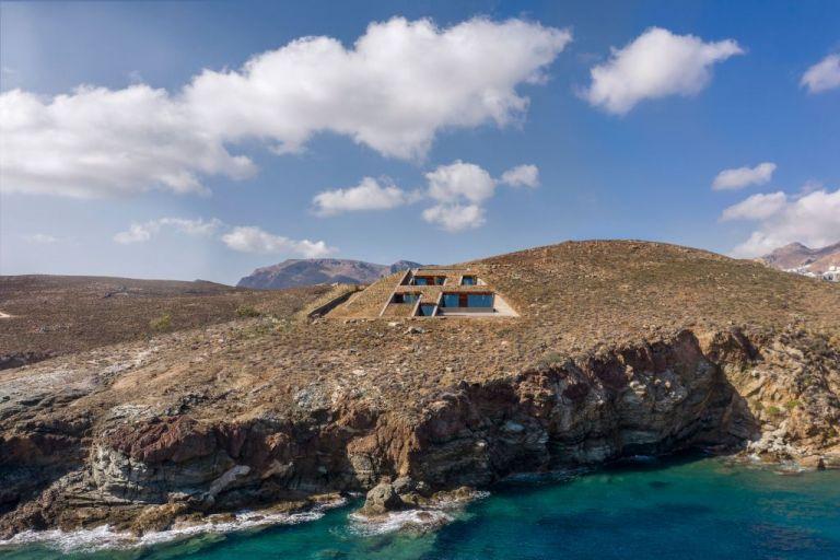 Μια εντυπωσιακή κατοικία κρυμμένη σε μια κάθετη πλαγιά στη Σέριφο | tanea.gr