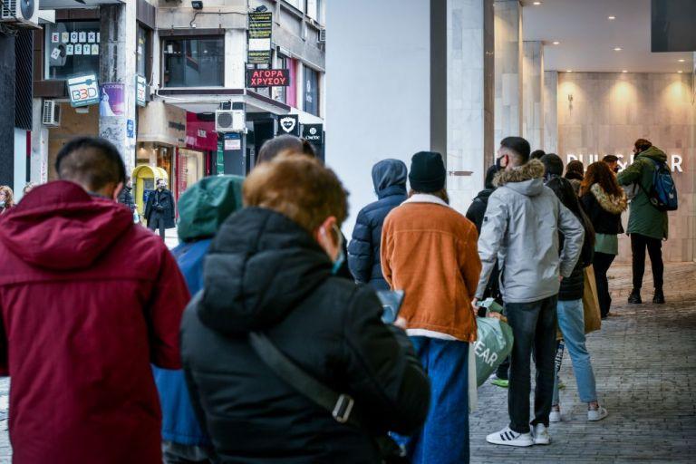 Λιανεμπόριο : Ξεχύθηκαν στην αγορά παρά το τσουχτερό κρύο   tanea.gr
