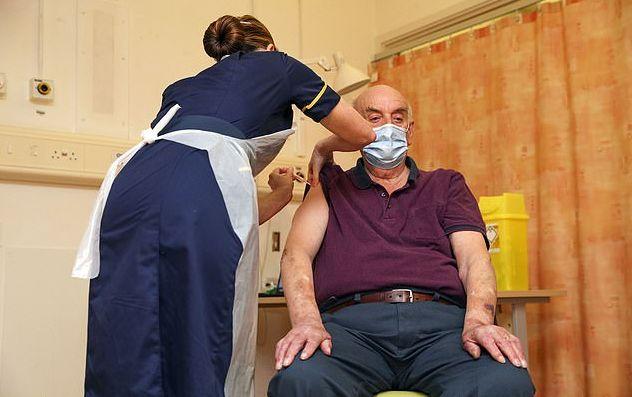 Βρετανία : Ο 82χρονος Μπράιαν Πίνκερ ήταν ο πρώτος που έλαβε το εμβόλιο των Οξφόρδης/AstraZeneca | tanea.gr