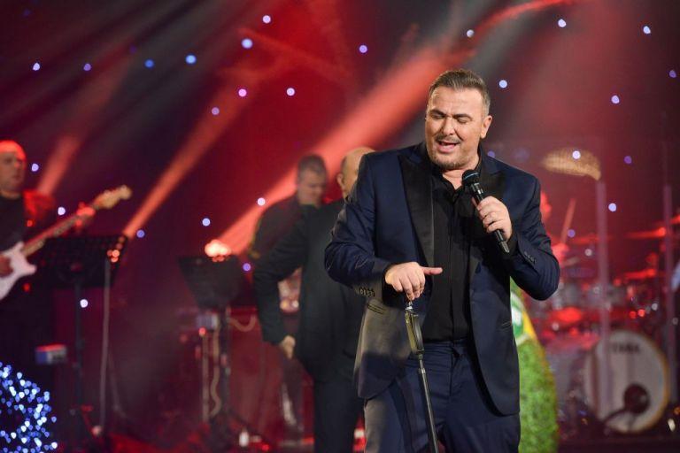 «Έλα να με τελειώσεις» και ο Αντώνης Ρέμος ξεσηκώνει το κοινό στην αρχή της νέας χρονιάς | tanea.gr