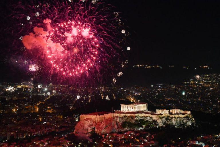 Με λάμψη, συναίσθημα και συμβολισμούς υποδέχθηκε το 2021 στον Λυκαβηττό ο Δήμος Αθηναίων   tanea.gr