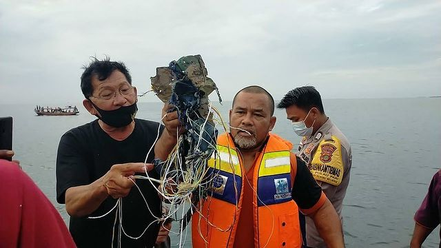 Ινδονησία: Βρέθηκαν συντρίμμια του αεροσκάφος που μετέφερε 50 επιβάτες | tanea.gr