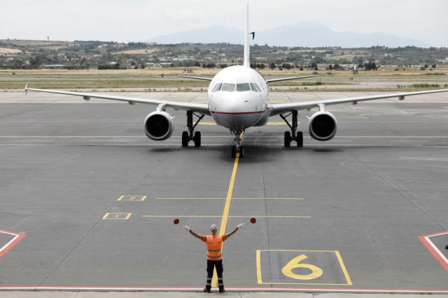 Συνεχίζονται οι περιορισμοί στις αεροπορικές μετακινήσεις | tanea.gr