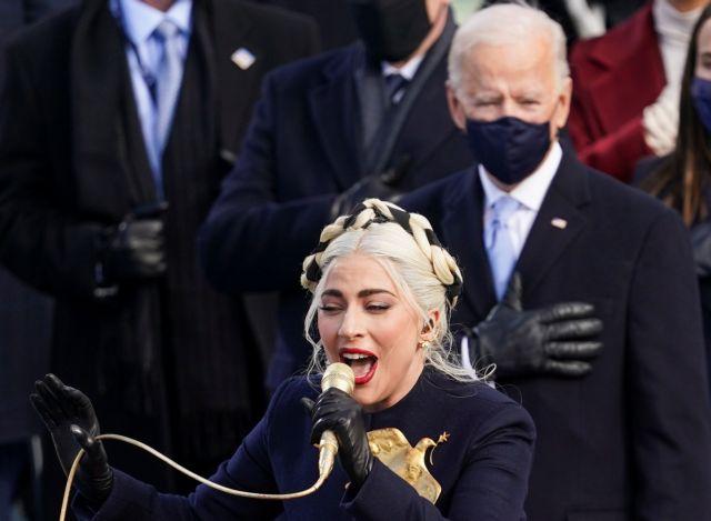 ΗΠΑ : Με χρυσό μικρόφωνο τραγούδησε τον εθνικό ύμνο των ΗΠΑ η Λέιντι Γκάγκα | tanea.gr