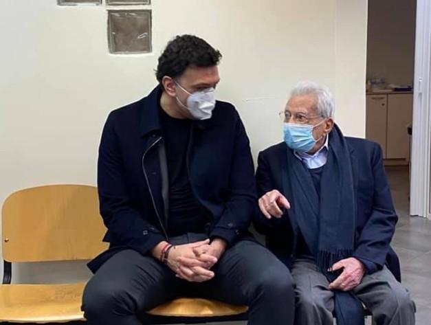 Δίπλα στον Πέτρο Μολυβιάτη που εμβολιάστηκε στο ΚΑΤ ο Κικίλιας | tanea.gr