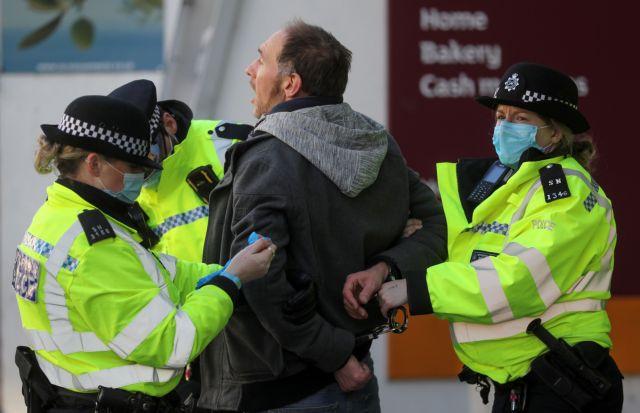 Εντατικοί έλεγχοι στη Βρετανία για την εφαρμογή του lockdown – Ανησυχία στο Βέλγιο για τη μετάλλαξη του ιού | tanea.gr