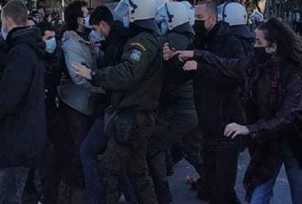 Ένταση μεταξύ φοιτητών και αστυνομικών σε Αθήνα και Θεσσαλονίκη | tanea.gr
