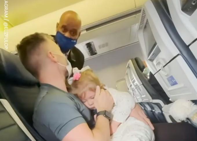 Έδιωξαν οικογένεια από αεροπλάνο επειδή η δίχρονη κόρη τους αρνούνταν να φορέσει μάσκα   tanea.gr