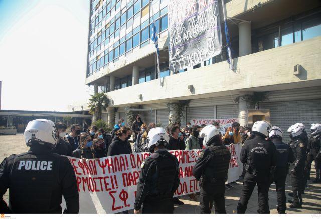 Πυρά ΚΚΕ σε κυβέρνηση και Πρυτανεία ΑΠΘ για τους προσαχθέντες φοιτητές μετά από κατάληψη - Ζητά την άμεση απελευθέρωσή τους | tanea.gr