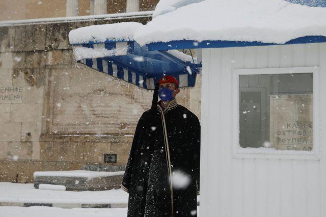 Οι Εύζωνες φόρεσαν τις κάπες τους λόγω της κακοκαιρίας | tanea.gr