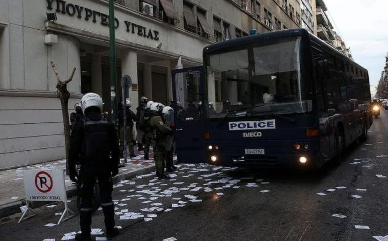 Πρόστιμο 300 ευρώ για άσκοπη μετακίνηση στους 61 συλληφθέντες για την εισβολή στο υπ. Υγείας | tanea.gr
