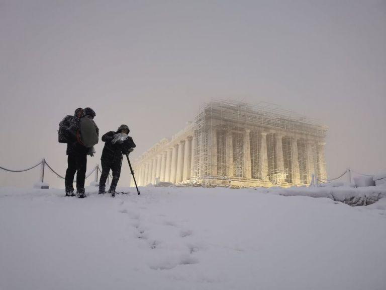 Η εκπληκτική φωτογραφία από την χιονισμένη Ακρόπολη | tanea.gr