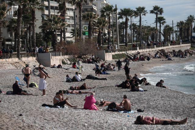Άδειασε το κέντρο της Αθήνας, γέμισαν οι παραλίες   tanea.gr