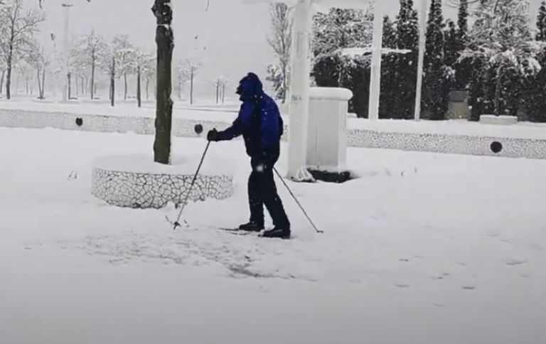 Πήρε χιονοπέδιλα και μπατόν και πήγε για σκι στο… Μαρούσι | tanea.gr