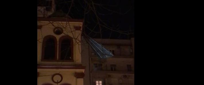 Θεσσαλονίκη: Στέγη ξηλώθηκε από τον αέρα και καρφώθηκε σε εκκλησία | tanea.gr