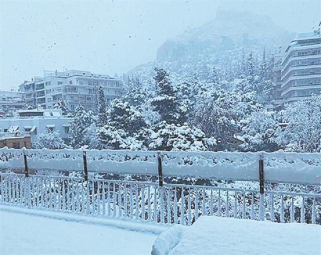 Λευκά τοπία και... καλοκαιρινές fashion λεπτομέρειες | tanea.gr