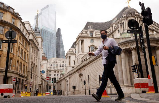 Βρετανία : Επανεξετάζεται το σχέδιο χαλάρωσης του lockdown | tanea.gr