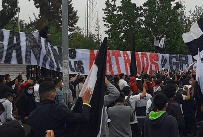 Ζήτημα ζωής και θανάτου : Το πανό οπαδών της Κόλο Κόλο έγραφε «Νικάτε ή σας... σκοτώνουμε»   tanea.gr