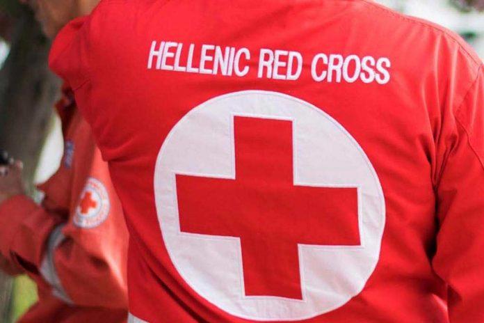 O Ερυθρός Σταυρός συνεισφέρει στη μεταφορά ευάλωτων ανθρώπων στα εμβολιαστικά κέντρα της Αττικής | tanea.gr