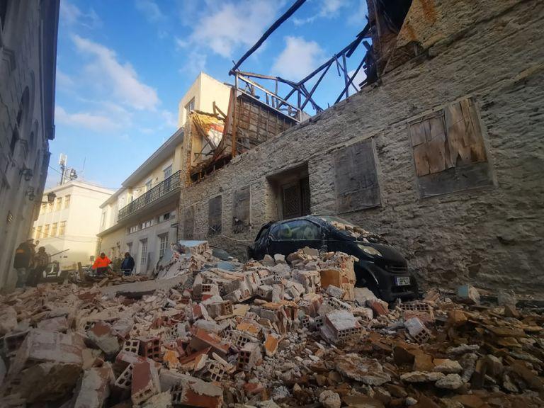 Κατέρρευσε κτίριο στην Ερμούπολη – Καταπλάκωσε ΙΧ, έκλεισε ο δρόμος   tanea.gr