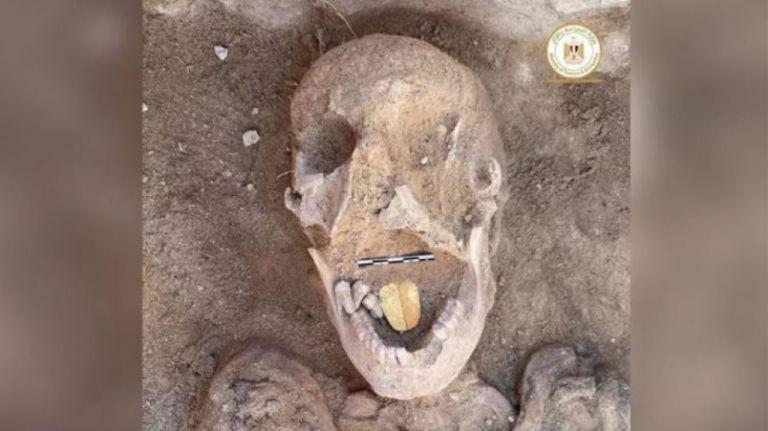 Αίγυπτος : Βρέθηκε μούμια 2.000 ετών με χρυσή γλώσσα – Θα «μιλούσε» με τον θεό του Κάτω Κόσμου | tanea.gr
