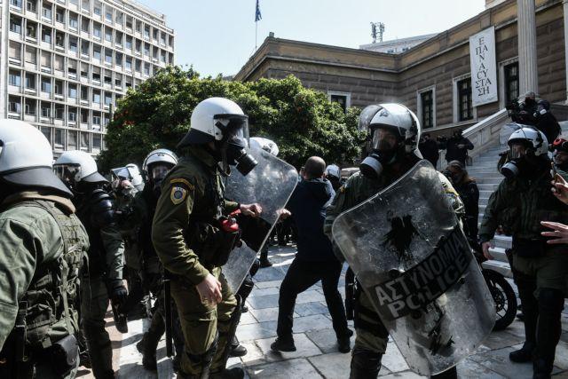 Η αποστομωτική απάντηση της μητέρας δικηγόρου στον αστυνομικό που την αποκάλεσε π@@τ@ν@ | tanea.gr