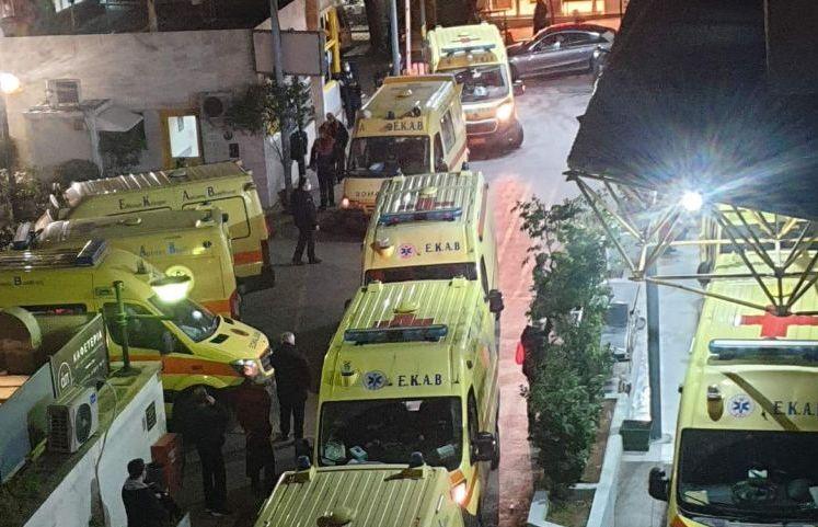 Απελπιστική εικόνα στον «Ευαγγελισμό»: Δεν σταματούν να φτάνουν ασθενοφόρα | tanea.gr