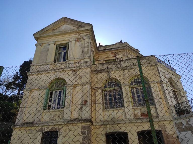 Σοβάδες και σάπια κουφώματα απειλούν μικρά παιδιά σε παιδικό σταθμό στη Μυτιλήνη | tanea.gr