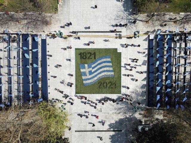 Στα γαλανόλευκα η πρωτεύουσα για την 25η Μαρτίου: Στολίστηκε με 5.000 λουλούδια και 800 σημαίες | tanea.gr