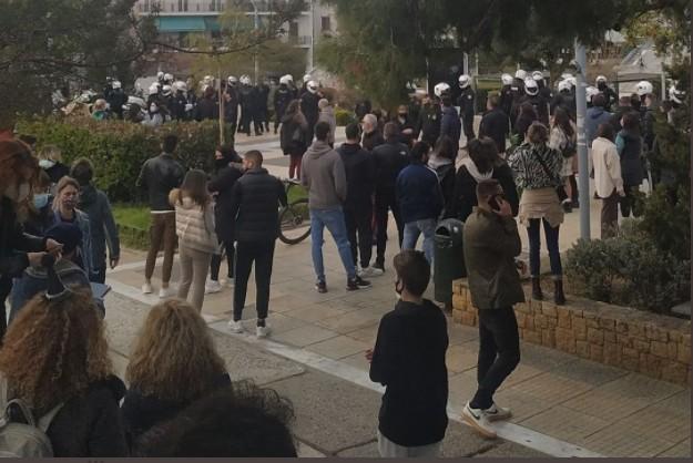 Επεισόδια με αστυνομικούς στην πλατεία της Νέας Σμύρνης | tanea.gr