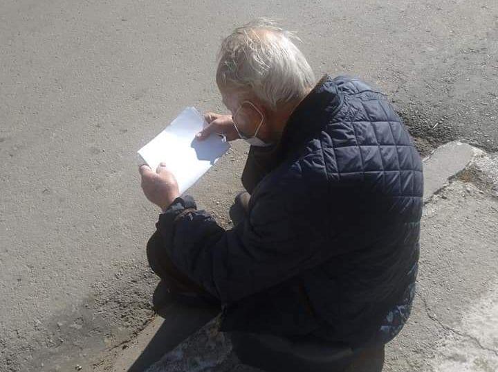 Παράτησαν στη μέση του δρόμου 94χρονο με κοροναϊό στην Αγιάσο | tanea.gr