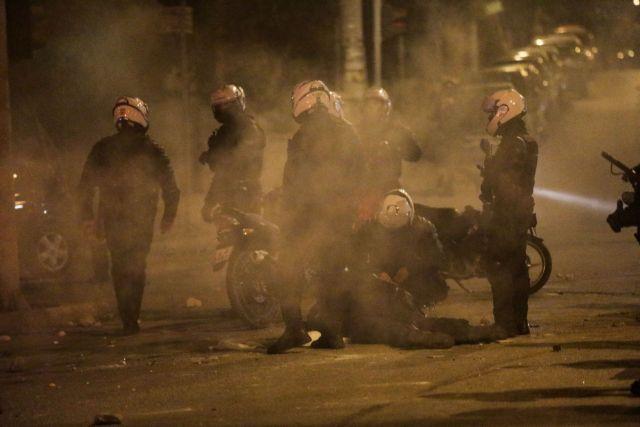 Δίωξη για απόπειρα ανθρωποκτονίας σε βάρος συλληφθέντος για την επίθεση στον αστυνομικό   tanea.gr
