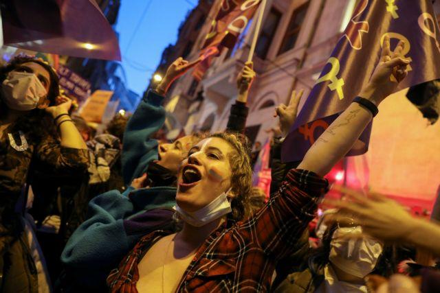 Τουρκία : Οι γυναίκες διαδηλώνουν κατά της βίας και φωνάζουν «Δεν φοβόμαστε» | tanea.gr
