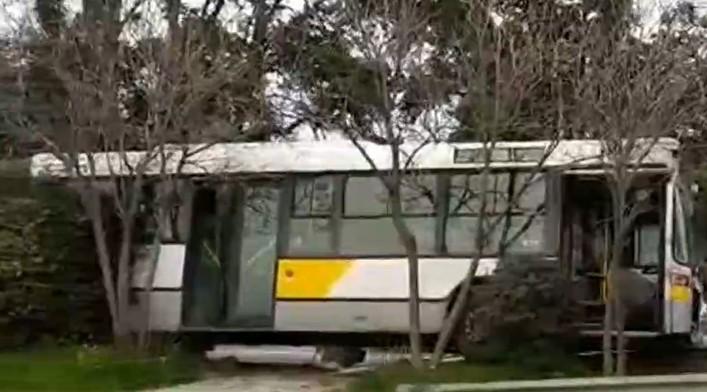 Κηφισίας : Τρόμος με ανεξέλεγκτο λεωφορείο - Βγήκε από την πορεία του | tanea.gr