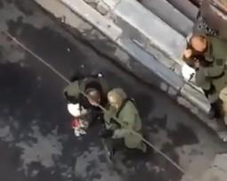 Αλέξης Γρηγορόπουλος: Ποινή «χάδι» στον αστυνομικό των ΜΑΤ που κατέστρεψε την ανθοδέσμη   tanea.gr
