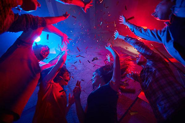 Lockdown : Είχε βίντεο από κορονο-πάρτι οργίων με διάσημους | tanea.gr