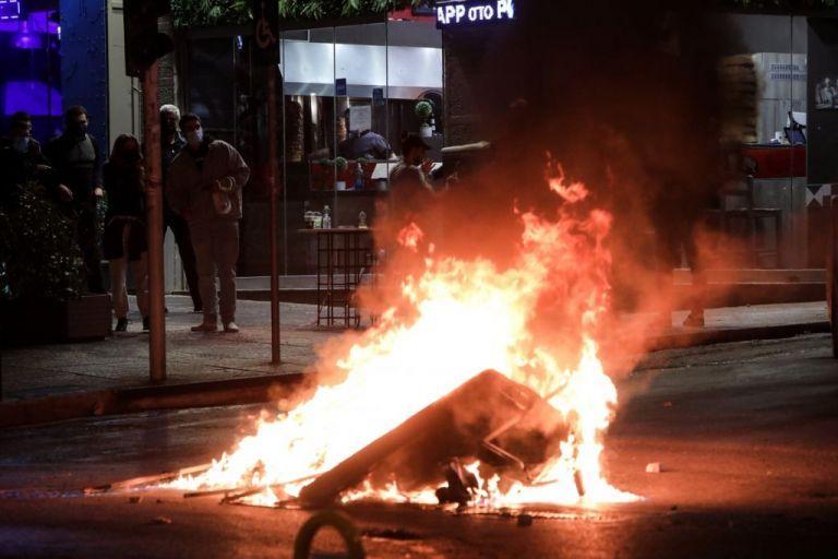 Αστυνομικός πετάει μολότοφ; – Στη Βουλή καταγγελία και βίντεο από τη Νέα Σμύρνη | tanea.gr