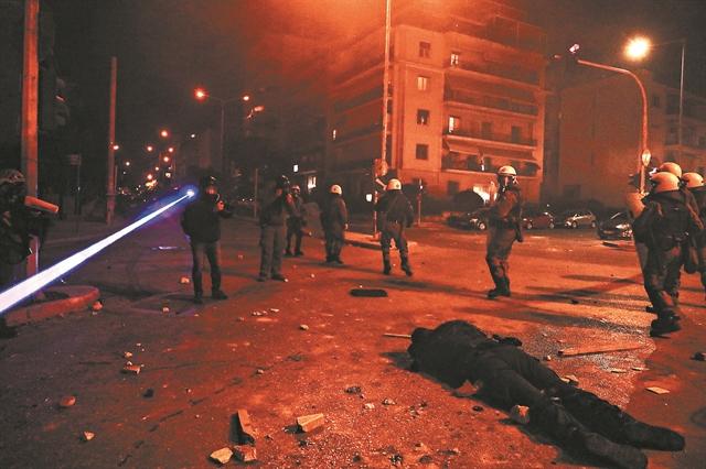 Η κραυγή του μίσους πάνω από τον αιμόφυρτο αστυνομικό: Φώναζαν «να πεθάνεις, ρε...»   tanea.gr