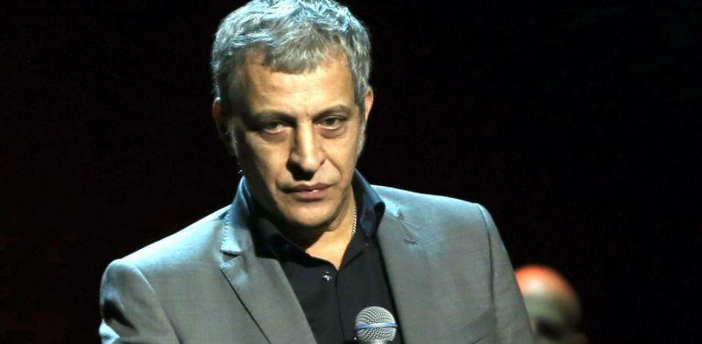 Δείτε τον Θέμη Αδαμαντίδη να τραγουδά στο κατάμεστο κέντρο εν μέσω lockdown   tanea.gr