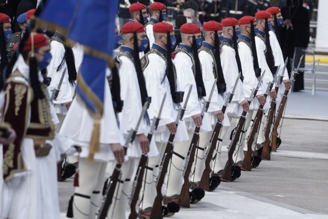 «Άγνωστοι νεκροί του Έθνους ακούστε» – Δέος από τον συμβολισμό στον βηματισμό της Προεδρικής Φρουράς | tanea.gr