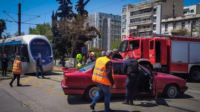 Σύγκρουση τραμ με ΙΧ – Εγκλωβίστηκε ηλικιωμένος | tanea.gr