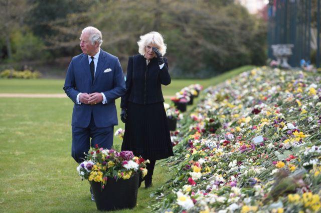 Βρετανία : Δάκρυσαν Κάρολος και Καμίλα βλέποντας τη... λουλουδένια θάλασσα για τον πρίγκιπα Φίλιππο | tanea.gr