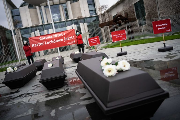 Συνέβη κι αυτό! Διαδήλωση υπέρ της επιβολής αυστηρότερου lockdown έγινε στο Βερολίνο   tanea.gr