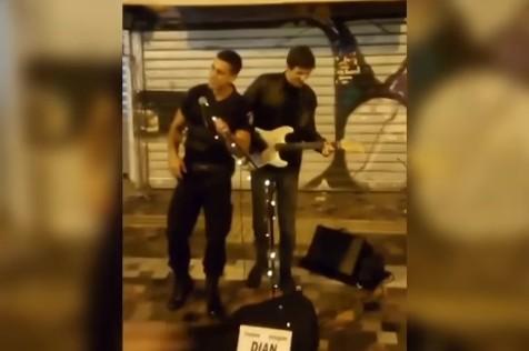 Οι αποκαλύψεις του αστυνομικού που έγινε viral τραγουδώντας στο Μοναστηράκι | tanea.gr