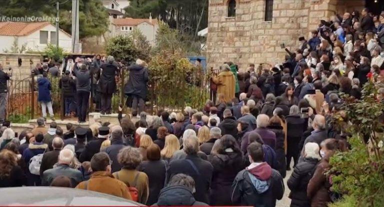 Σάλος με τον απίστευτο συνωστισμό σε κηδεία αρχιμανδρίτη στον Άγιο Στέφανο   tanea.gr