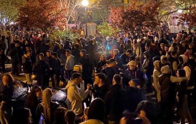 Ένας DJ αποκαλύπτει πόσο εύκολο είναι να στηθεί ένα κορονοπάρτι σε πλατεία | tanea.gr