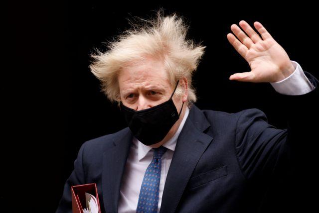 Βρετανία: Αυτήκοοι μάρτυρες καίνε τον Τζόνσον για τη φράση «αφήστε τα πτώματα να στοιβάζονται» | tanea.gr